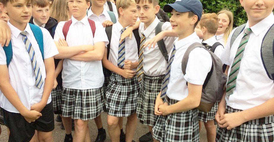 Alumnos en Inglaterra sorprenden a sus maestros llegando a clases en falda
